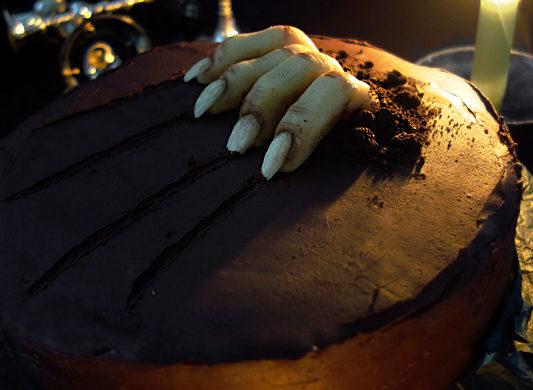 Halloweentorte mit Marzipanfinger