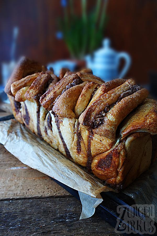 Pull apart bread - Zupfbrot mit Nussfüllung