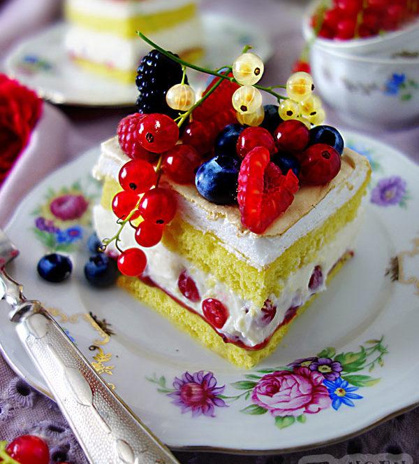 Beerenkuchen mit frischen Beeren