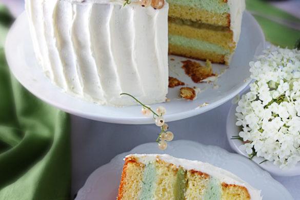 Ganache-Torte mit weißen Beeren