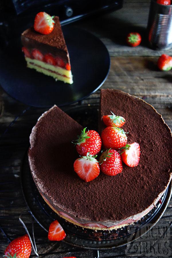 Schokotorte mit frischen Erdbeeren